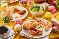 Refeição matinal saboroso da Páscoa ou café da manhã da mola foto de stock royalty free