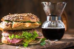 Refeição matinal saudável caseiro, bagels e café fresco imagem de stock