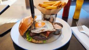 Refeição perfeita do hamburguer em um restaurante do hard rock imagens de stock