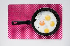 Refeição simples saudável deliciosa do café da manhã feita dos ovos em uma frigideira pronta Fotografia de Stock