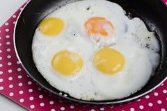Refeição simples saudável deliciosa do café da manhã feita dos ovos em uma frigideira pronta Foto de Stock Royalty Free