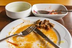 Refeição suja do afre dos pratos, da cutelaria, das facas, das colheres e das placas imagens de stock royalty free