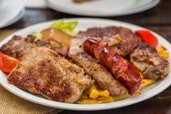 A refeição tradicional na Sérvia chamou Placa completa da carne Zlatibor, Sérvia imagem de stock
