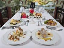 Refeições de três pratos à lista em um restaurante Foto de Stock