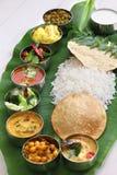 Refeições indianas sul servidas na folha da banana imagem de stock