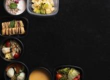 Refei??es da dieta equilibrada em uns recipientes pl?sticos, em uma sopa de ervilha, na carne cozinhada e nos vegetais imagem de stock royalty free