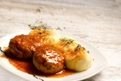 Refeição deliciosa - batatas e almôndegas trituradas com molho de tomate Fotografia de Stock