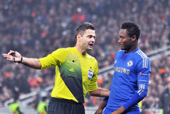 The referee talks with John Obi Mikel Stock Photography