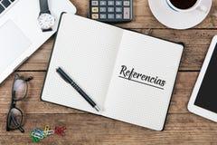 Referencias, spanischer Text für Empfehlungen im Notizbuch auf Büro Stockfoto