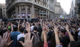 Referendum in barcelona. Demonstrators raise their hands and shout against the Police Headquarter during a protest the day after the banned pro independence Stock Photography
