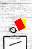 Referent, der zum Wettbewerb sich vorbereitet Gelbe und rote Karten, Stoppuhr auf hölzernem copyspace Draufsicht des Hintergrunde Lizenzfreies Stockbild