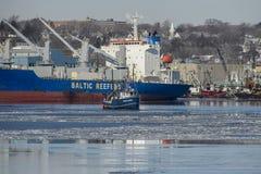 Reffer, der über Fischerboot hochragt Lizenzfreies Stockfoto