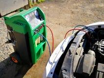Refill AC автомобиля стоковое фото