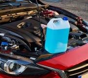 Refilling зимы жидкий в автомобиле Обслуживание зимы для безопасный управлять Стоковые Изображения RF