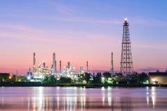 Refinaria de petróleo ao longo do rio Fotografia de Stock