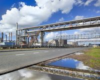 Refinaria de petróleo com os encanamentos do cruzamento em andaimes, porto de Antuérpia, Bélgica imagem de stock royalty free