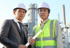 Refinaria de petróleo do homem de negócios e do coordenador Fotografia de Stock Royalty Free
