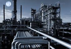 Refinaria de petróleo e gás na noite Fotografia de Stock Royalty Free