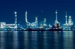 Refinaria de petróleo e gás no crepúsculo - fábrica petroquímica imagens de stock royalty free