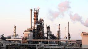 Refinaria de petróleo e gás - pilha de fumo da fábrica - lapso de tempo video estoque