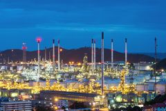 Refinaria de petróleo e instalação petroquímica no crepúsculo Imagens de Stock