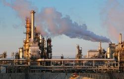 Refinaria de petróleo e o por do sol imagem de stock