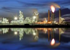 Refinaria de petróleo - fábrica industrial petroquímica Fotos de Stock Royalty Free