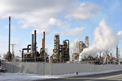 Refinaria de petróleo feia Fotografia de Stock