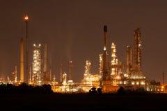 Refinaria de petróleo, instalação petroquímica na noite industial da propriedade Foto de Stock Royalty Free