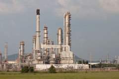 Refinaria de petróleo, instalação petroquímica na propriedade industrial Imagens de Stock Royalty Free