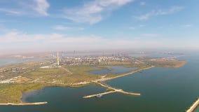 Refinaria de petróleo na costa do Mar Negro, vista aérea filme