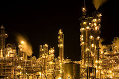 Refinaria de petróleo na noite Fotos de Stock