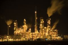 Refinaria de petróleo na noite Fotografia de Stock Royalty Free