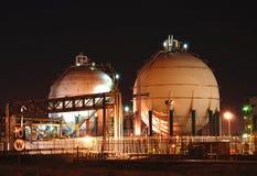 Refinaria de petróleo na noite Foto de Stock Royalty Free