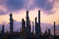 Refinaria de petróleo no alvorecer Fotografia de Stock