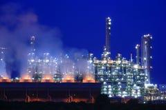 Refinaria de petróleo no crepúsculo Fotos de Stock Royalty Free