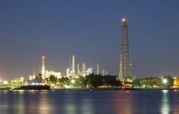 Refinaria de petróleo no crepúsculo Fotografia de Stock Royalty Free