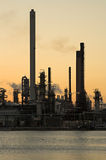 Refinaria de petróleo no por do sol Fotografia de Stock