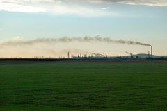 Refinaria de petróleo no por do sol Fotografia de Stock Royalty Free