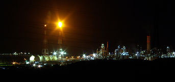 Refinaria de petróleo no trabalho em a noite Imagens de Stock