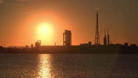 Refinaria de petróleo ou fábrica no por do sol vídeos de arquivo