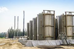 Refinaria de petróleo pequena ao lado da pradaria grandioso, Alberta, Canadá foto de stock royalty free