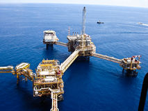 Refinaria de petróleo a pouca distância do mar dos equipamentos foto de stock royalty free