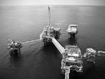 Refinaria de petróleo a pouca distância do mar dos equipamentos Fotografia de Stock