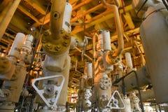 Refinaria de petróleo a pouca distância do mar dos equipamentos Estação principal boa na plataforma Foto de Stock Royalty Free