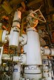 Refinaria de petróleo a pouca distância do mar dos equipamentos Estação principal boa na plataforma Fotografia de Stock Royalty Free