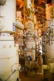Refinaria de petróleo a pouca distância do mar dos equipamentos Estação principal boa na plataforma Imagem de Stock