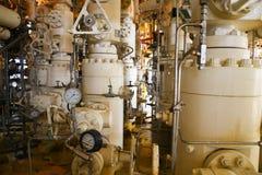 Refinaria de petróleo a pouca distância do mar dos equipamentos Estação principal boa na plataforma Fotos de Stock Royalty Free