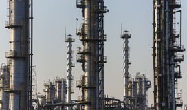 Refinaria do petróleo e do gás no crepúsculo fotografia de stock