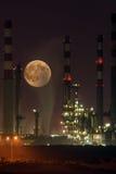 Refinaria em a noite com lua Imagem de Stock